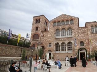 Φωτογραφία για Ιερείς για την εμφάνιση χωρίς μάσκες στον Άγιο Δημήτριο Θεσσαλονίκης - «Η ΚΥΑ το επιτρέπει»