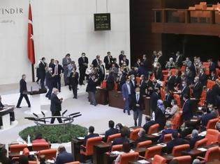 Φωτογραφία για «Πυρ ομαδόν» της τουρκικής βουλής κατά Μακρόν: Είναι ασεβής, επικίνδυνος και οι Δυτικοί τον στηρίζουν!