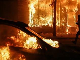 Φωτογραφία για Απαγόρευση κυκλοφορίας στη Φιλαδέλφεια μετά τα βίαια επεισόδια