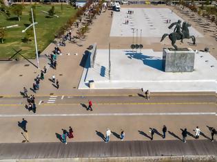 Φωτογραφία για Σοκ στη Θεσσαλονίκη: Θετικό το 10% των rapid test στην παραλία