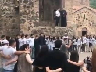 Φωτογραφία για Ναγκόρνο Καραμπάχ: Αρμένιοι αποχαιρετούν τις εκκλησίες τους πριν ξεριζωθούν
