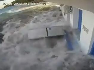 Φωτογραφία για Νέο συγκλονιστικό βίντεο από το τσουνάμι που «χτύπησε» τη Σάμο (vid)