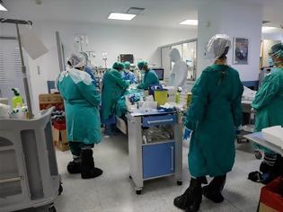 Φωτογραφία για Κορωνοϊός : «Βράζουν» τα νοσοκομεία – Μία διασωλήνωση κάθε 40 λεπτά