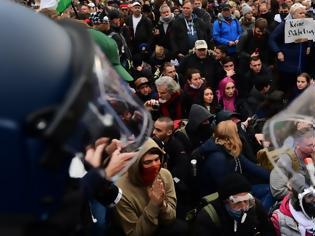 Φωτογραφία για Γερμανία: Συγκρούσεις αστυνομικών και αρνητών της μάσκας στο Βερολίνο