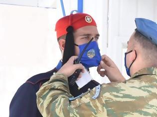 Φωτογραφία για Με μάσκες οι Εύζωνες της Προεδρικής Φρουράς
