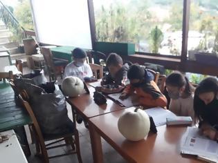 Φωτογραφία για Μαθητές κάνουν τηλεκπαίδευση με μπουφάν και κινητό σε καφενείο