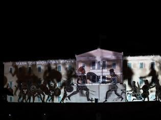 Φωτογραφία για Οι εντυπωσιακές εικόνες για τις Ένοπλες Δυνάμεις στην πρόσοψη της Βουλής
