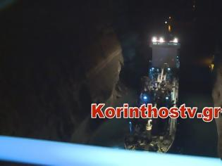 Φωτογραφία για Φορτηγό πλοίο προσάραξε στον Ισθμό της Κορίνθου - Χρειάστηκε πλωτός γερανός για να αποκολληθεί!