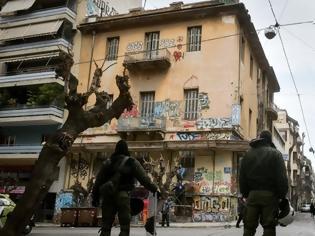 Φωτογραφία για Επιχείρηση της ΕΛΑΣ στα Εξάρχεια: Σφραγίζουν κτίριο στην Ζαΐμη