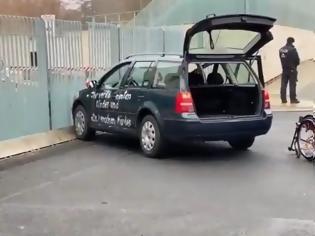 Φωτογραφία για Γερμανία - Bild: Το αυτοκίνητο που έπεσε στην πόρτα της Καγκελαρίας είχε ξαναπέσει το 2014