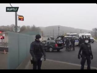 Φωτογραφία για Βερολίνο: Αυτοκίνητο έπεσε στην πύλη της Καγκελαρίας