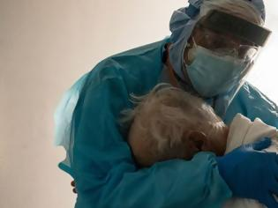 Φωτογραφία για Γιατρός αγκαλιάζει ηλικιωμένο που κλαίει στη μονάδα Covid