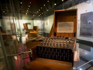 Φωτογραφία για Δύτες ανακάλυψαν μια σπάνια μηχανή κρυπτογράφησης Enigma των ναζί