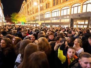 Φωτογραφία για Λονδίνο: O απόλυτος πανικός έξω από το Harrods - Εκατοντάδες προσπαθούν να μπουν