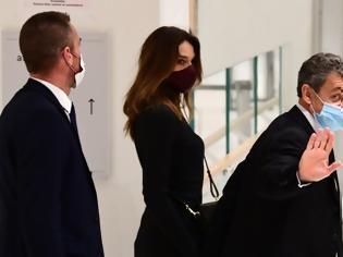 Φωτογραφία για Ποινή φυλάκισης ζητούν οι εισαγγελείς για τον Σαρκοζί - Στο δικαστήριο χέρι-χέρι με την Κάρλα Μπρούνι (φωτος)