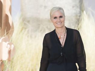 Φωτογραφία για Μαρία Γκράτσια Κιουρί: H συναρπαστική καριέρα της διάσημης Ιταλίδας διευθύντριας του οίκου Dior που ήρθε στην Καλαμάτα