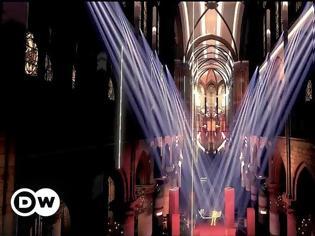 Φωτογραφία για Ζαν Μισέλ Ζαρ υποδέχεται τη νέα χρόνια με ένα υπερθέαμα στην Παναγία των Παρισίων - Βίντεο