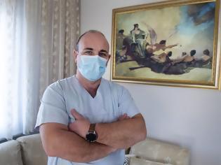 Φωτογραφία για Αφιέρωμα του Αssociated Press στον νοσηλευτή Γαβριήλ Ταχτατζόγλου που έκανε ΜΕΘ το σπίτι του