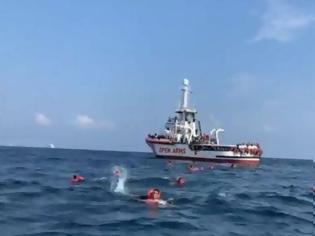 Φωτογραφία για Open Arms: Aναζητεί λιμάνι για 265 μετανάστες που διέσωσε στη Μεσόγειο