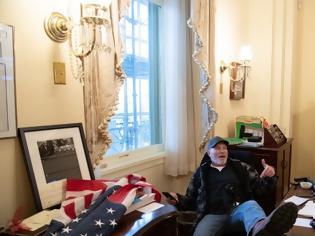 Φωτογραφία για Καπιτώλιο: Δείτε φωτογραφία διαδηλωτή με τα πόδια στο γραφείο της Νάνσι Πελόζι