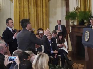 Φωτογραφία για Τζιμ Ακόστα: Ο δημοσιογράφος που «έφαγε πόρτα» από τον Λευκό Οίκο λέει ότι ο Τραμπ «τα έχει χαμένα»