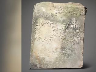 Φωτογραφία για Βρετανία: Μυστήριο με αρχαιοελληνική πλάκα που βρέθηκε σε κήπο σπιτιού