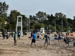 Φωτογραφία για Reuters: Οι Έλληνες ξεφεύγουν από το lockdown για την παραλία, εξαιτίας της υψηλής θερμοκρασίας
