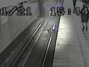 Φωτογραφία για Οδηγός του μετρό της Μόσχας έσωσε εννιάχρονο αγόρι που έπεσε στις ράγες.