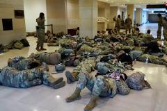 Στρατοκρατείται το Καπιτώλιο - Απίστευτες εικόνες ενώ συζητείται η αποπομπή Τραμπ