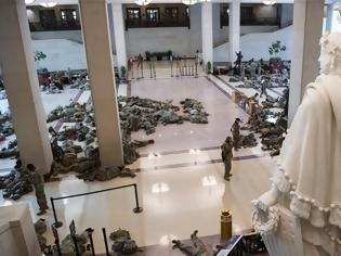 Φωτογραφία για Η αποκαθήλωση του Τραμπ - Πρωτόγνωρη εικόνα η «κατάληψη» της Εθνοφρουράς στο Καπιτώλιο