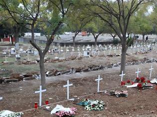 Φωτογραφία για Συγκλονιστικό - Αμέτρητοι οι τάφοι για τα θύματα της πανδημίας