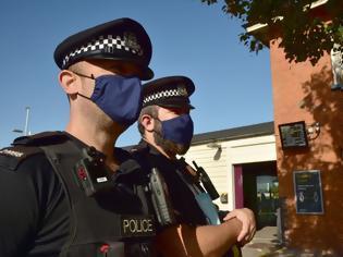 Φωτογραφία για Κοροναϊός - Βρετανία: Έκαναν παράνομο πάρτι, είπαν ότι «δεν ήξεραν για την πανδημία» επειδή δεν βλέπουν ειδήσεις