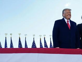 Φωτογραφία για Αποχώρησε ο Τραμπ από τον Λευκό Οίκο - Αντίστροφη μέτρηση για την ορκωμοσία Μπάιντεν-