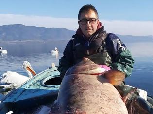 Φωτογραφία για Λίμνη Βόλβη: Αδέρφια έκαναν την ψαριά της ζωής τους - Έπιασαν ψάρι-γίγας 85 κιλών