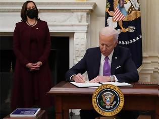 Φωτογραφία για Η πρώτη μέρα του Μπάιντεν στο γραφείο: «Ξηλώνει» τη θητεία Τραμπ με σειρά διαταγμάτων