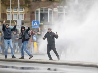 Φωτογραφία για Ολλανδία: Άγριες συγκρούσεις μεταξύ αστυνομικών και διαδηλωτών για την απαγόρευση κυκλοφορίας