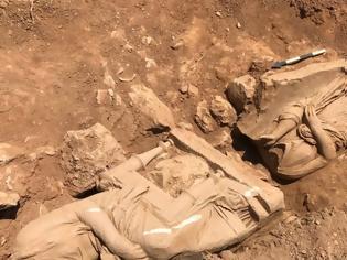 Φωτογραφία για Εντυπωσιακή ανακάλυψη στην Παιανία: Βρέθηκε επιτύμβιο μνημείο με δυο γυναικείες μορφές