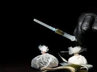 Φωτογραφία για Γιαγιά έπαιρνε τρεις συντάξεις, πούλαγε ηρωίνη και τώρα ζητά 100.000 ευρώ αποζημίωση