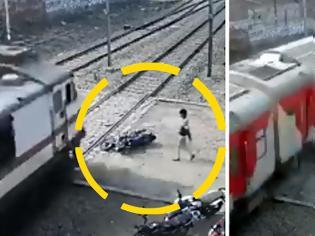 Φωτογραφία για Η μοτοσυκλέτα διαλύεται  ο αναβατής σώζεται δευτερόλεπτα πριν το πέρασμα του τρένου. Βίντεο.