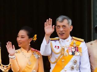 Φωτογραφία για Ταϊλάνδη: Θρόνος για... τρεις - Ο «βασιλιάς με το μπουστάκι» στέφει την ερωμένη του δεύτερη βασίλισσα