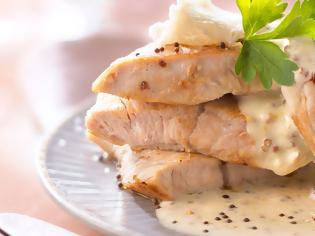 Φωτογραφία για #Μένουμε_στο_σπίτι_Μαγειρεύουμε_στο_σπίτι: Φιλέτο γαλοπούλας με σάλτσα μουστάρδας αρωματισμένη με εστραγκόν και κάπαρη
