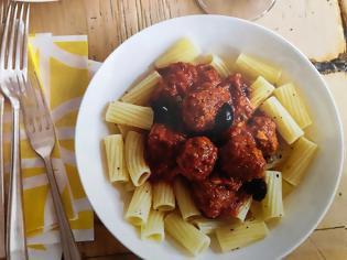 Φωτογραφία για #Μένουμε_στο_σπίτι_Μαγειρεύουμε_στο_σπίτι: Κεφτεδάκια alla puttanesca με ριγκατόνι