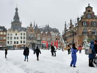 Φωτογραφία για Ισχυρή χιονοθύελλα σαρώνει την βόρεια Ευρώπη διαταράσσοντας τη σιδηροδρομική και οδική κυκλοφορία.