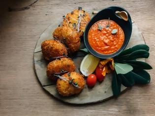 Φωτογραφία για #Μένουμε_στο_σπίτι_Μαγειρεύουμε_στο_σπίτι: Πατατοκροκέτες με Μετσοβόνε, απάκι και σάλτσα από πιπεριά Φλωρίνης