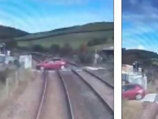 Φωτογραφία για Βίντεο που κόβει την ανάσα, από τη Βρετανία: Αυτοκίνητο γλιτώνει «στο τσακ» τη σύγκρουση με τρένο σε αφύλακτη διάβαση.