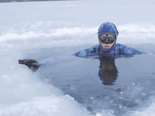 Φωτογραφία για Απίθανο παγκόσμιο ρεκόρ! Κολύμπησε 80 μέτρα κάτω από τον πάγο