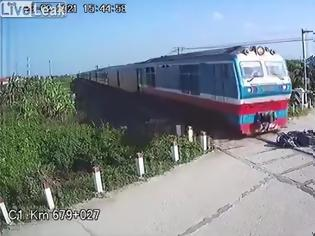 Φωτογραφία για Την τελευταία στιγμή πρόλαβε να αποφύγει το τρένο στην κυριολεξία! Βίντεο!