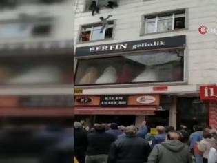 Φωτογραφία για Σοκαριστικό! Έριξε τα παιδιά της από το παράθυρο για να τα σώσει από την φωτιά (Video)