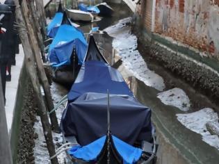 Φωτογραφία για «Άδειασαν» τα κανάλια της Βενετίας - Οι γόνδολες άραξαν λόγω άμπωτης