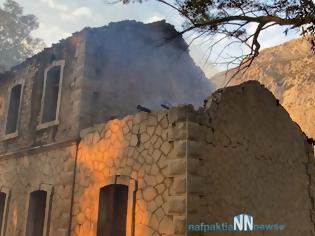 Φωτογραφία για Ναυπακτία – Κρυονέρι: Κάηκε σκεπή από παλιό σταθμό του ΟΣΕ – Απειλήθηκαν σπίτια από την μεγάλη φωτιά. Εικόνες και βίντεο.